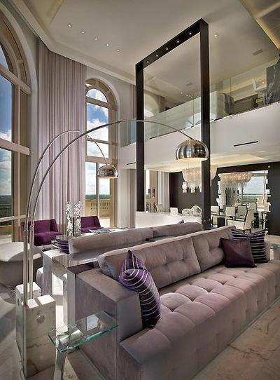 8. Suasana romantis dengan sofa ungu