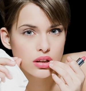 Tips Menggunakan Lipstick Sesuai Jenis Bibir