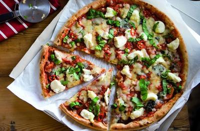 1. Pizza (322 kalori/porsi)