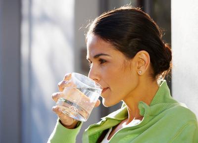 Minum Air Kelapa Muda