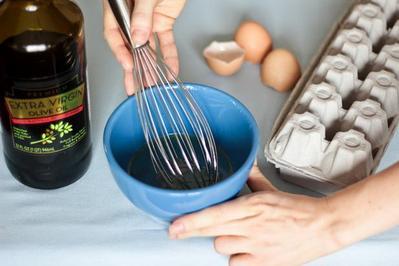 source  http   www.cantikalamiku.com cara-meluruskan-rambut-secara-alami-dan-mudah .  Kocok 2 butir telur dengan sesendok makan minyak zaitun ... c80a45dbf2
