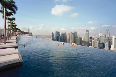 4. Berenang di Infinity Pool