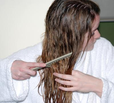 2. Menyisir Rambut Saat Basah