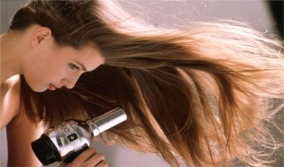 4. Mengeringkan Rambut dengan Hair Dryer Bersuhu Tinggi