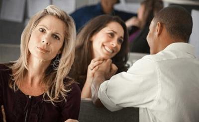 5. Pasangan Mulai Membicarakan Perempuan Lain