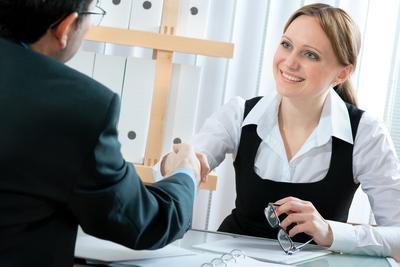 8. Ucapkan Terima Kasih dan Jabat Tangan dengan Pewawancara