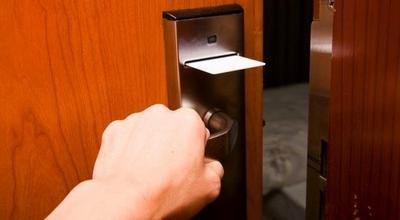 4. Bersihkan Gagang Pintu, Remote TV dan AC