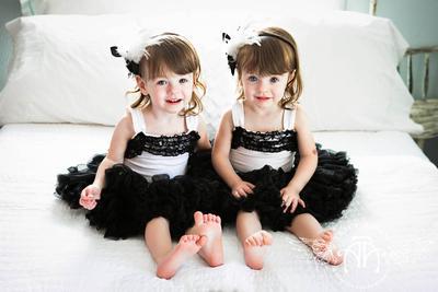 Dua putri cantik dengan gaun hitam putih.