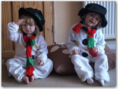 Dua bocah lucu dalam balutan kostum snowman. Sempurna!