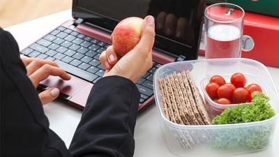 5. Makan di Meja Kerja