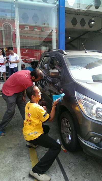 Lomba bersihin mobil tanpa air.. Seru bangeett.. thank u VALO. Selamat tuk juara 1: Tim Kamu Kuat!