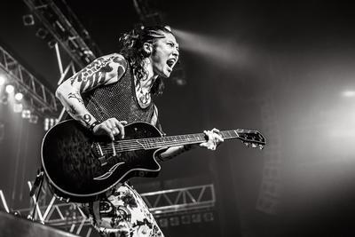 Serunya Aksi Panggung Sang 'Samurai Guitarist', Miyavi