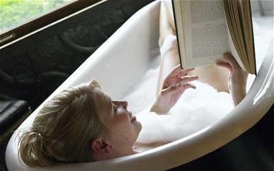 2. Berendam Sambil Membaca Buku Favorit