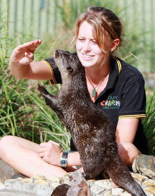 Lihat Lucunya Aksi Binatang Bersama Para Petugas Kebun Binatang Ini!