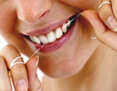 Bersihkan Sisa Makanan Dengan Benang Gigi