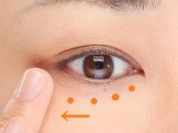 4. Pijati daerah sekitar mata
