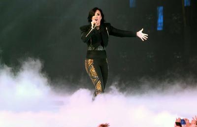 Tampil Stylish Serba Hitam ala Demi Lovato
