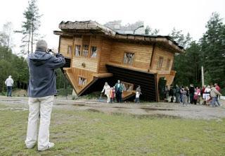 Rumah Terbalik, Polandia