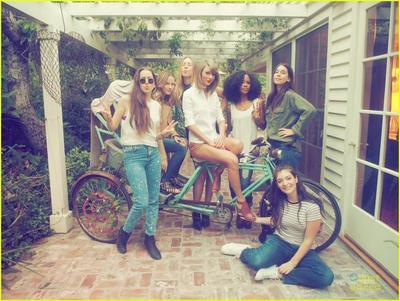 Tips Membangun Persahabatan Asyik Ala Taylor Swift