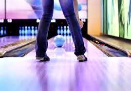 Melakukan Olahraga Ringan Bowling