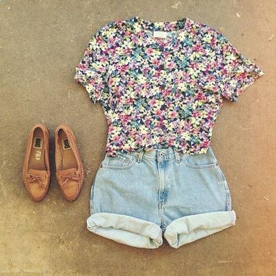 Kaos Floral dan Hot Pants