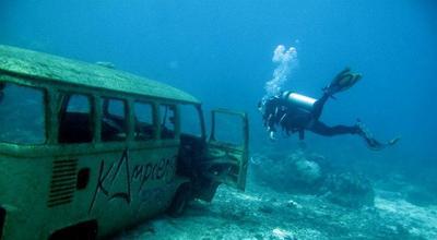 Mobil Van di Dasar Laut