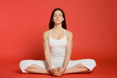 3. Posisi Cobbler's Pose (Baddha Konasana)