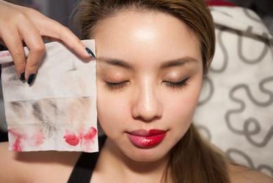 Hal Ini Akan Terjadi Pada Kulitmu Kalau Tidak Membersihkan Makeup dengan Benar Selama Puasa!
