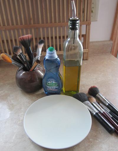 Langkah Mudah Bersihkan Kuas Make Up Dengan Benar