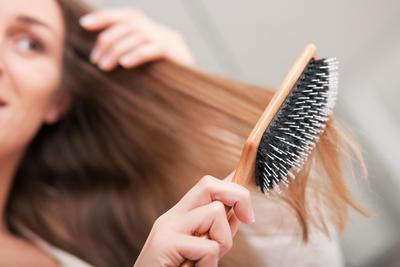 6. Sisir Rambut Dengan Benar