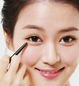 7.  Gunakan Eyeliner (Opsional)