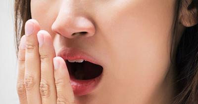 Bersihkan Lidah untuk Mencegah Bau Napas Tidak Sedap