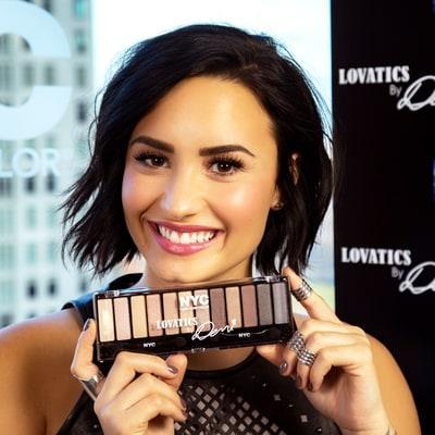 Line Makeup Pertama Dari Demi Lovato