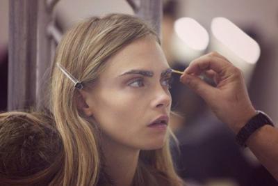 Untuk merapikan alis tanpa mencukurnya kamu bisa menggunakan lip gloss.