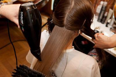 2. Bagi Rambut Menjadi Beberapa Bagian