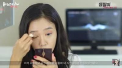 4. Makeup Mata Bernuansa Merah