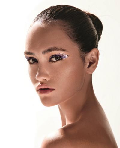 5. Eyeliner Gliter
