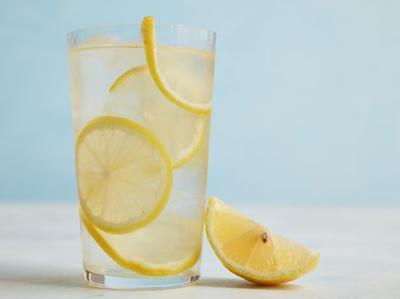 1. Infused Water Dengan Buah Lemon untuk Mencerahkan Kulit