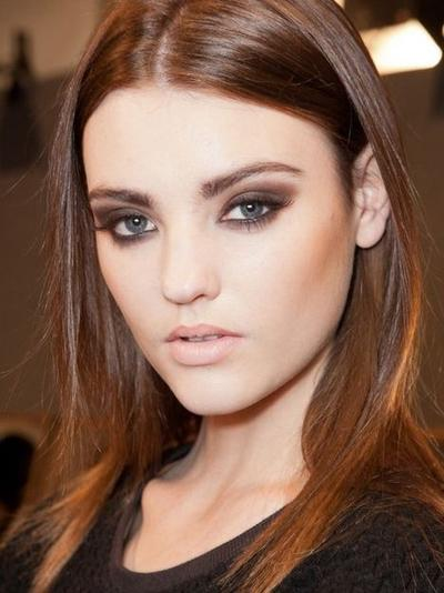 Warna Lipstik Nude Dengan Eyeshadow Hitam/Cokelat