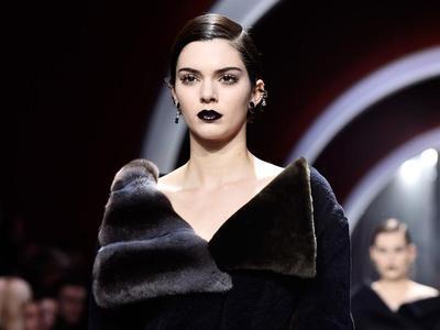 Tampil Memukau dengan Lipstick Hitam ala Kendall Jenner