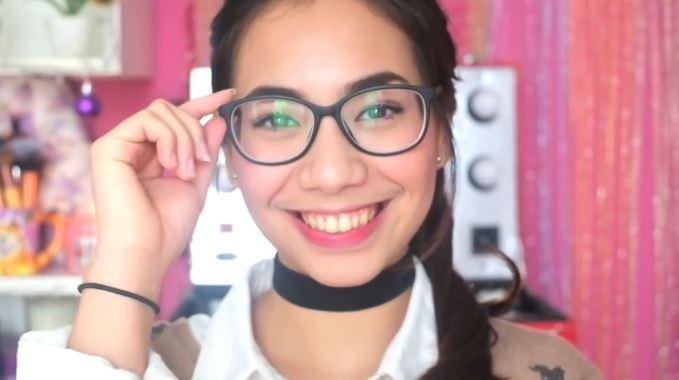 Gaya Makeup Cantik untuk Pengguna Kacamata  747f9c3417