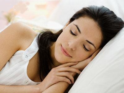 4. Posisikan Kepala Lebih Tinggi Saat Tidur