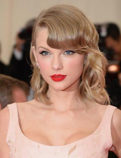 Gaya Rambut Pendek Bergelombang Seperti Taylor Swift