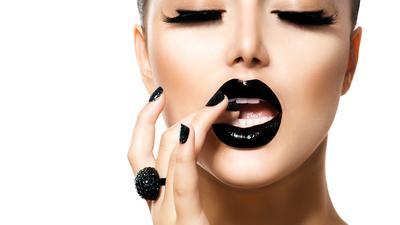 Lakukan Ini Agar Lipstick Tak Mudah Menempel di Mana-Mana