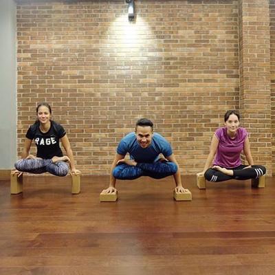 Inilah Alasan Selebriti Perempuan Indonesia Keranjingan Acro Yoga