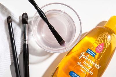 Mulai dari Brush Hingga Sisir, Panduan untuk Membersihkan Beauty Tools Lengkap Ada Di Sini!