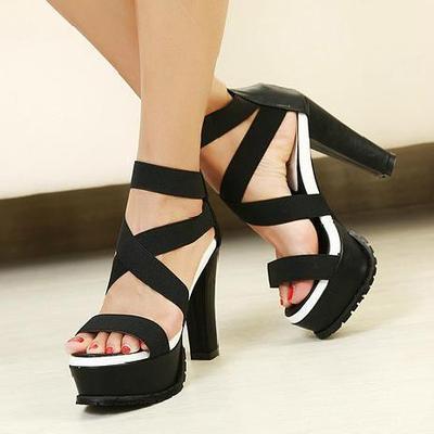 Pilih High Heels dengan Ujung yang Lebar dan Terbuka