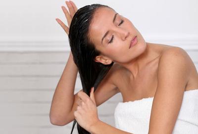 3. Membilas Conditioner Sampai Rambut Menjadi Kesat