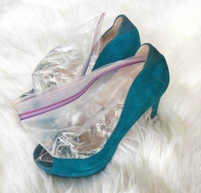 2. Renggangkan Ukuran Sepatu dengan Freezer