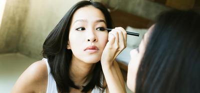 Teknik Menggunakan Eyeliner yang Wajib Diketahui Pemula